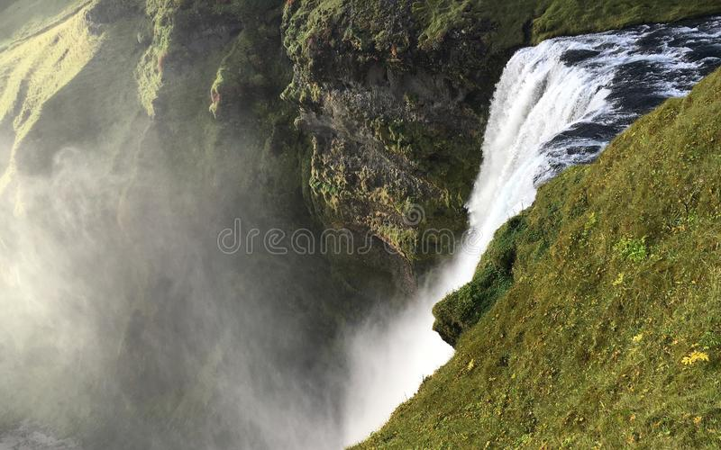 Κλείστε επάνω της κορυφής του καταρράκτη Skogafoss στην Ισλανδία στοκ εικόνα