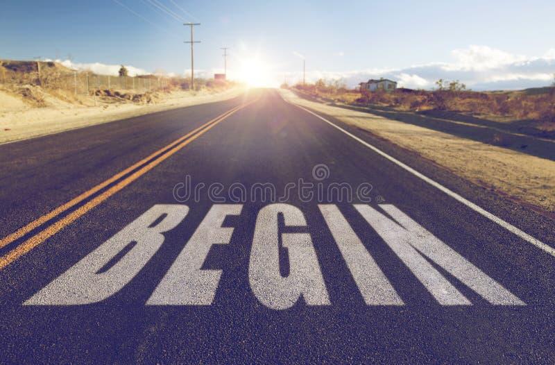 Κλείστε επάνω της λέξης αρχίζει στον προαστιακό δρόμο ασφάλτου στοκ εικόνες