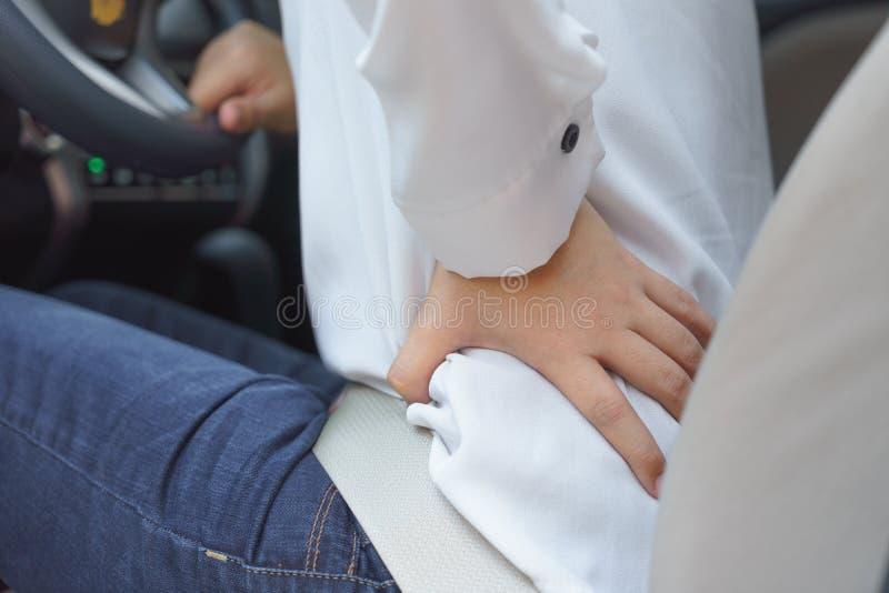 Κλείστε επάνω της μέσης γυναικών με τον πόνο - πολύ οδηγώντας στοκ φωτογραφίες