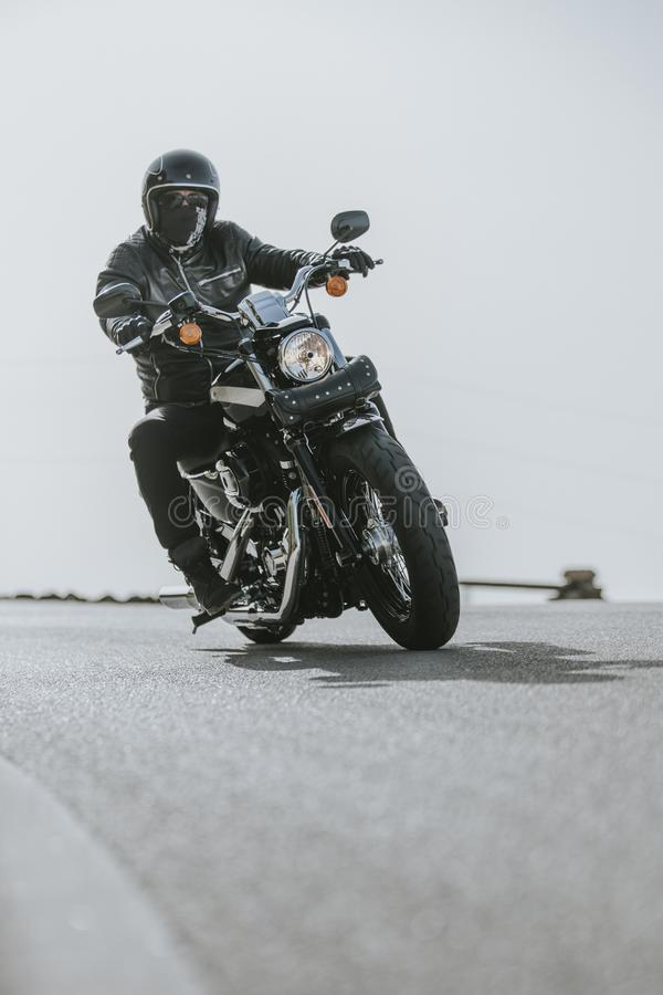 Κλείστε επάνω της μοτοσικλέτας ανοίγοντας την οδική άσφαλτο στοκ εικόνες