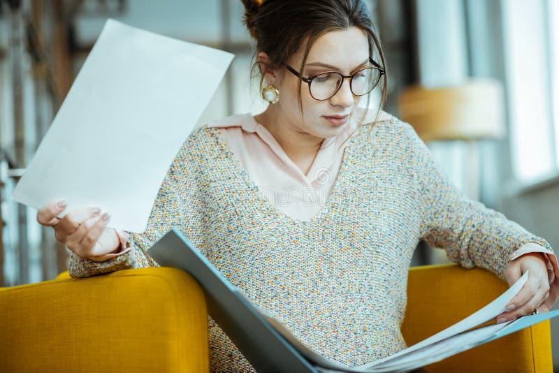 Κλείστε επάνω της νέας αλλά ακμάζουσας επιχειρηματία που φορά τα γυαλιά στοκ εικόνες