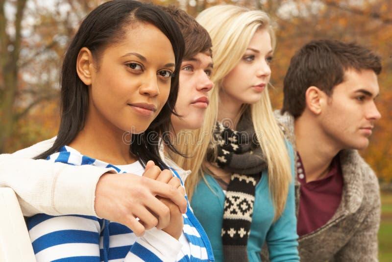 Κλείστε επάνω της ομάδας τεσσάρων εφηβικών φίλων στοκ φωτογραφία