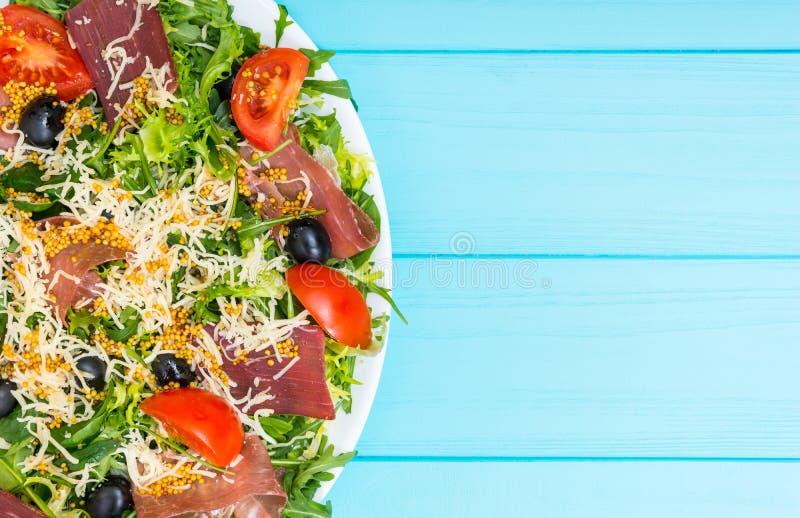 Κλείστε επάνω της ορεκτικής σαλάτας με το ξηρό κρέας, jamon, ξυμένο chee στοκ φωτογραφία με δικαίωμα ελεύθερης χρήσης