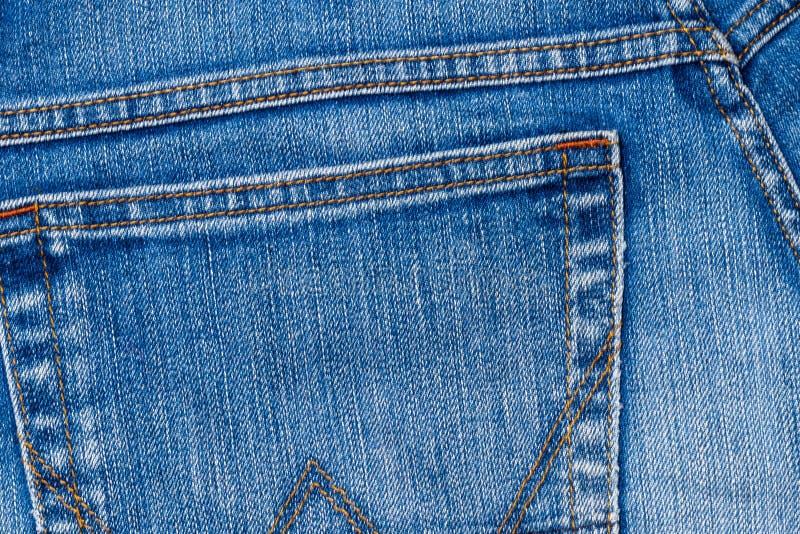 Κλείστε - επάνω της πίσω τσέπης του τζιν παντελόνι ως υπόβαθρο στοκ εικόνες με δικαίωμα ελεύθερης χρήσης
