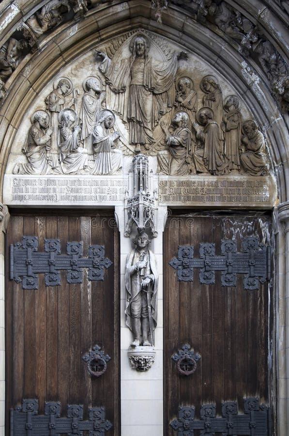 Κλείστε επάνω της πόρτας στη θεία εκκλησία Αγίου John στο Μανχάταν στοκ εικόνες