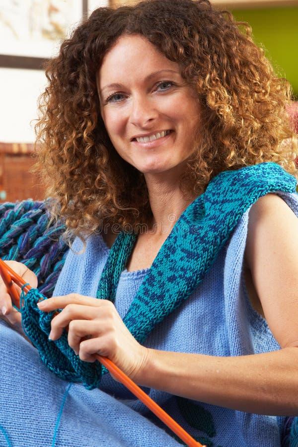 Κλείστε επάνω της συνεδρίασης γυναικών στο πλέξιμο εδρών στοκ φωτογραφία με δικαίωμα ελεύθερης χρήσης