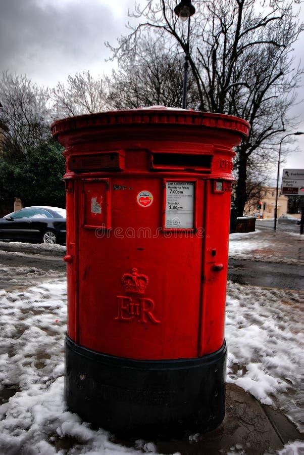Κλείστε επάνω της ταχυδρομικής θυρίδας μετά από τις βαριές χιονοπτώσεις, Λονδίνο, UK στοκ φωτογραφία με δικαίωμα ελεύθερης χρήσης