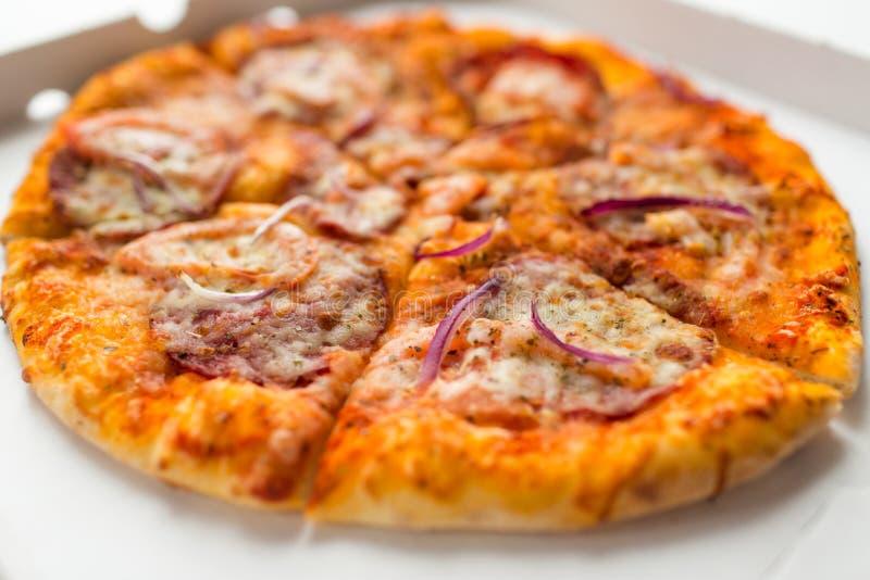 Κλείστε επάνω της τεμαχισμένης take-$l*away πίτσας στο κιβώτιο εγγράφου στοκ εικόνες με δικαίωμα ελεύθερης χρήσης