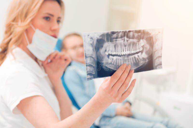 Κλείστε επάνω της υπολογισμένης ανίχνευσης τομογραφίας που κατέχει ο οδοντικός επαγγελματίας στοκ φωτογραφίες