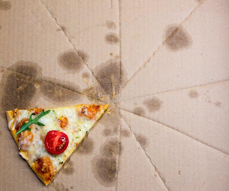 Κλείστε επάνω της φέτας πιτσών στο κιβώτιο παράδοσης χαρτονιού στοκ εικόνες