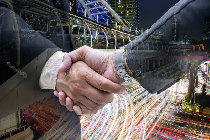 Κλείστε επάνω της χειραψίας επιχειρηματιών στη μεγάλη πόλη στοκ φωτογραφία με δικαίωμα ελεύθερης χρήσης