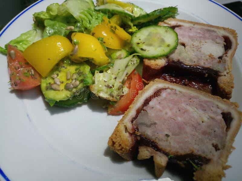 Κλείστε επάνω της succulent hock χοιρινού κρέατος, της Τουρκίας και ζαμπόν πίτας σε ένα πιάτο στοκ εικόνα