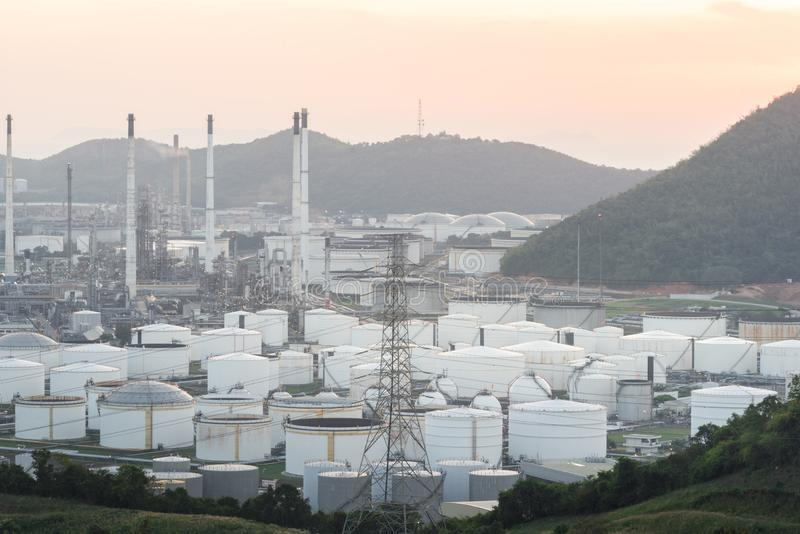 Κλείστε επάνω τη βιομηχανική άποψη στη ζώνη βιομηχανίας μορφής εγκαταστάσεων διυλιστηρίων πετρελαίου με την ανατολή και το νεφελώ στοκ φωτογραφίες με δικαίωμα ελεύθερης χρήσης