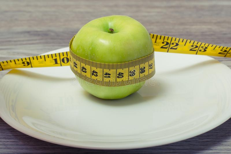 Κλείστε επάνω τη δευτερεύουσα φωτογραφία άποψης σχεδιαγράμματος του άψογου όμορφου juicy σκληρού μήλου Φωτογραφία του μέτρου ταιν στοκ εικόνα με δικαίωμα ελεύθερης χρήσης