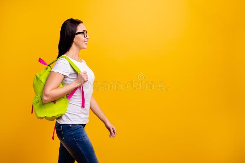 Κλείστε επάνω τη δευτερεύουσα φωτογραφία σχεδιαγράμματος όμορφη αυτή το γυναικείο σακίδιο πλάτης της που πηγαίνει συναντά τους συ στοκ φωτογραφίες