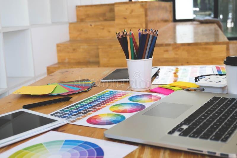 Κλείστε επάνω τη δημιουργική έννοια σχεδίων αντικειμένου Δημιουργικός εργασιακός χώρος σχεδίων με το παράδειγμα lap-top, πινάκων, στοκ φωτογραφίες