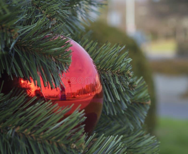 Κλείστε επάνω τη μεγάλη κόκκινη διακόσμηση σφαιρών μπιχλιμπιδιών Χριστουγέννων σε τεχνητό στοκ εικόνες με δικαίωμα ελεύθερης χρήσης