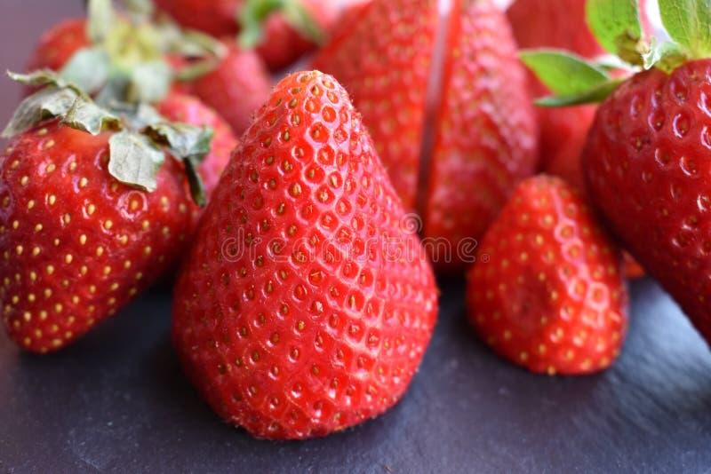 Κλείστε επάνω τη τοπ άποψη των φρούτων φραουλών στοκ εικόνες