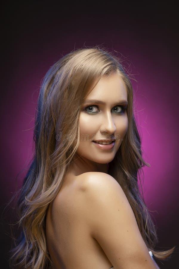 Κλείστε επάνω τη φωτογραφία ενός όμορφου ξανθού χαμογελώντας πρότυπου κοριτσιού με το nak στοκ εικόνες
