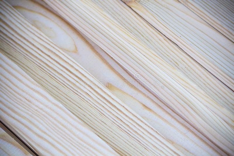 Κλείστε επάνω τη φωτογραφία μαλακά ξεπερασμένα κομμένα χέρι ξύλινα slats που ανάβουν σε μια διαγώνιος για τη σύσταση υποβάθρου στοκ φωτογραφία