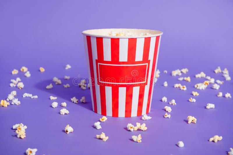 Κλείστε επάνω τη φωτογραφία νόστιμο αλατισμένο ζαχαρούχο διαφορετικό μικτό popcorn γούστων στα ριγωτά μικρά μικρά κομμάτια φλυτζα στοκ εικόνα με δικαίωμα ελεύθερης χρήσης