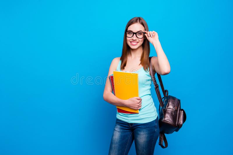 Κλείστε επάνω τη φωτογραφία που η φοβιτσιάρης όμορφη κατάπληξη αυτή η σύγχρονη μελέτη μαθητριών σημειωματάριων χεριών όπλων γυναι στοκ φωτογραφίες με δικαίωμα ελεύθερης χρήσης