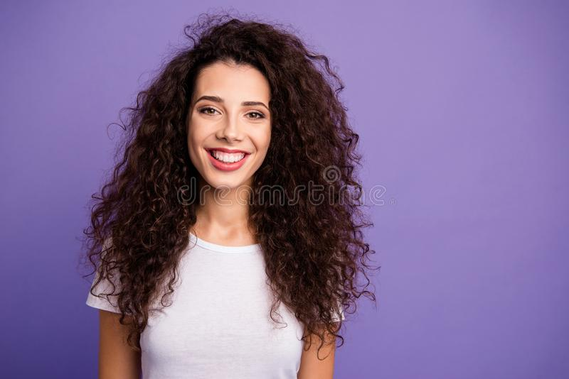 Κλείστε επάνω τη φωτογραφία που καταπλήσσει όμορφο πρόθυμα σύγχρονο αυτή αυτή γυναικείων μακροχρόνια κυμάτων πλούτου φθορά χαμόγε στοκ φωτογραφία