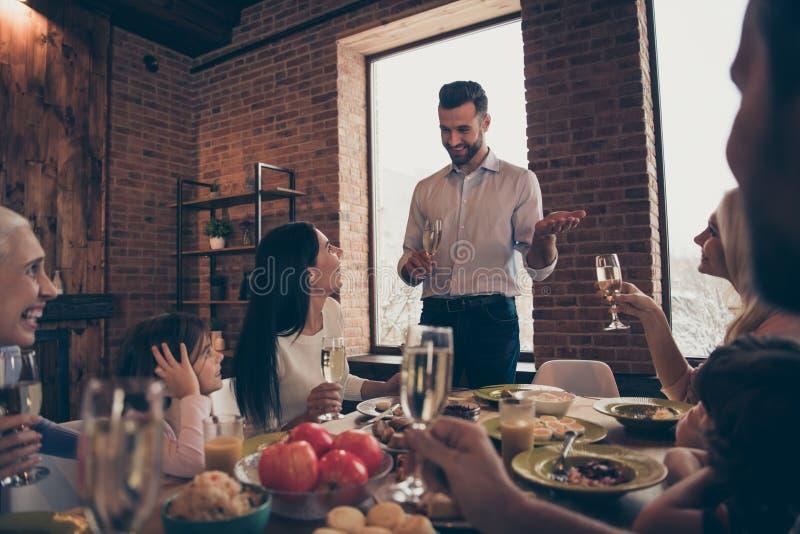 Κλείστε επάνω τη φωτογραφία τα μεγάλα οικογενειακά γενέθλια λένε πέστε μιλά τους συγγενείς συζήτησης congrats που συνδέουν τον μπ στοκ φωτογραφίες με δικαίωμα ελεύθερης χρήσης