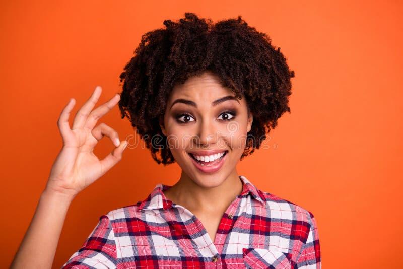Κλείστε επάνω τη φωτογραφία της γοητευτικής χαριτωμένης καλής γυναικείας νεολαίας έχει τον υποστηρικτή διαφημίσεων να επιλέξει απ στοκ εικόνες