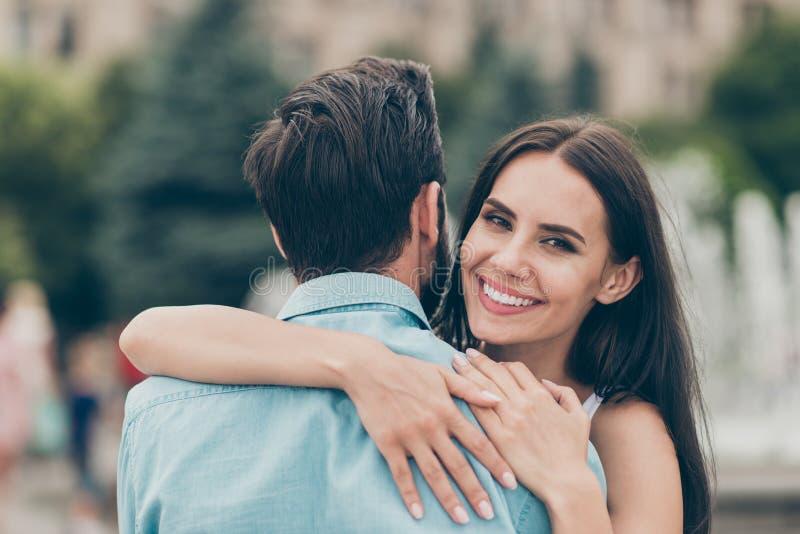 Κλείστε επάνω τη φωτογραφία της θετικής εύθυμης ικανοποιημένης παντρεμένης ζεύγος νεολαίας ανθρώπων έχει οδοντωτό ειλικρινή Σαββα στοκ εικόνα