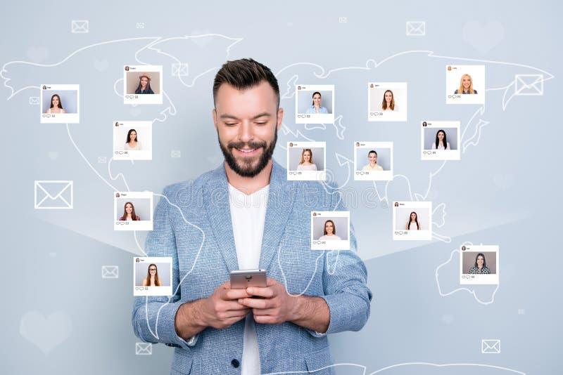 Κλείστε επάνω τη φωτογραφία τον ενδιέφερε αυτός οι κοινοτικές εικόνες απεικόνισης πολιτών πληροφοριών τηλεφωνικής ανταλλαγής λαβή ελεύθερη απεικόνιση δικαιώματος