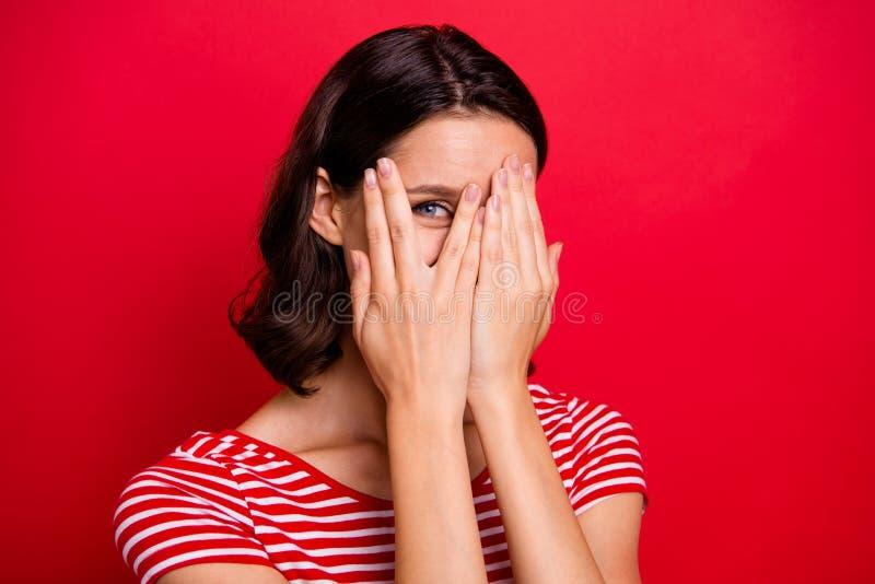 Κλείστε επάνω τη φωτογραφία του αρκετά συμπαθητικού γοητευτικού εφήβου εφήβων που το ξένοιαστο απρόσεκτο στενό πρόσωπο χεριών αισ στοκ φωτογραφίες