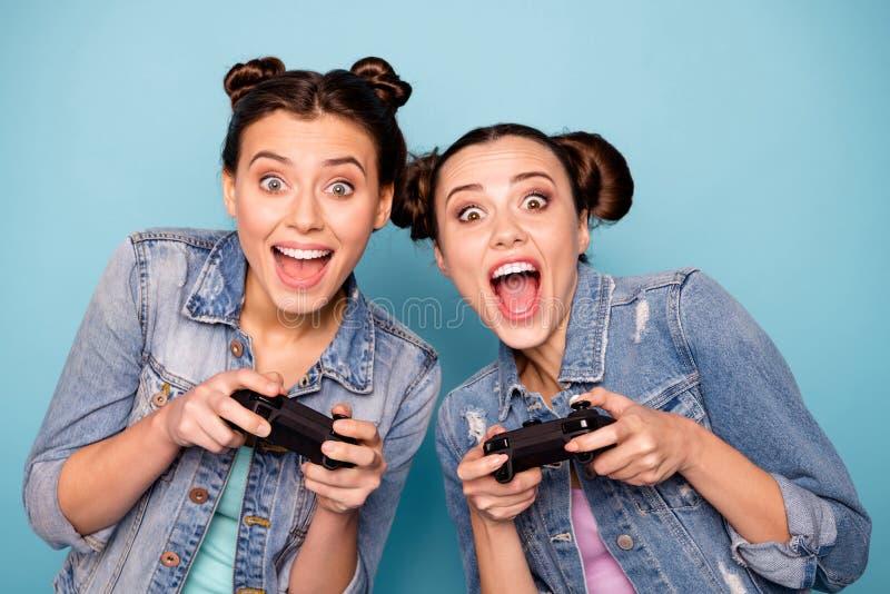Κλείστε επάνω τη φωτογραφία των χαριτωμένων φοβιτσιαδών hipsters που έχει τη φυλή ταχύτητας μάχης διαγωνισμού παιχνιδιών ελεύθερο στοκ εικόνα