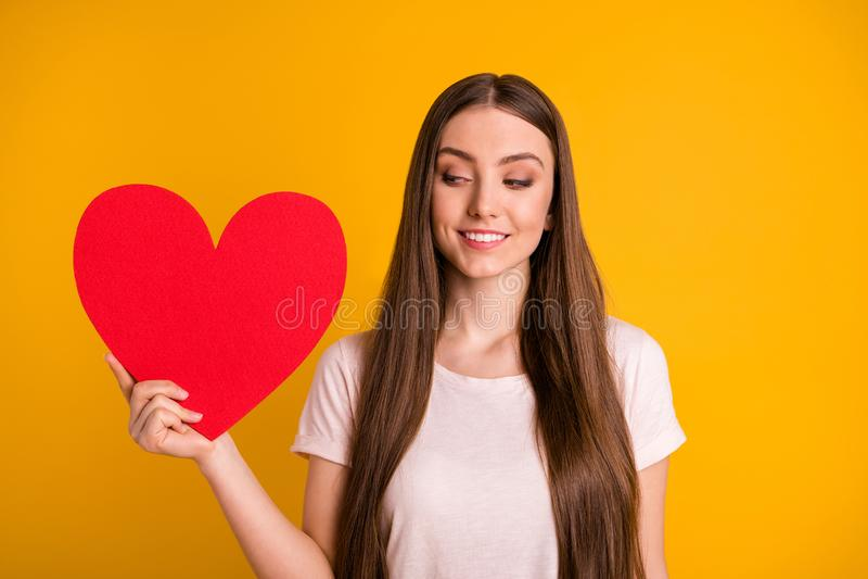Κλείστε επάνω τη φωτογραφία όμορφη αυτή γυναικείας το πολύ μακρυμάλλες λαβής της χεριών βλέμμα ημερομηνίας πρόσκλησης καρτών καρδ στοκ εικόνα