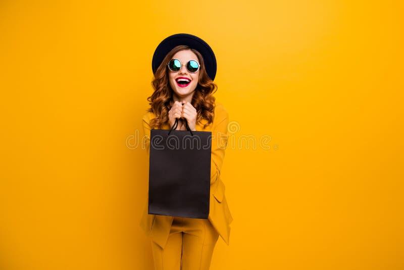 Κλείστε επάνω τη φωτογραφία όμορφη αυτή η κυρία της το πολύ που ευτυχές μαύρο γέλιο Παρασκευής φέρνει τα πακέτα τέλεια κοιτάζει α στοκ φωτογραφία