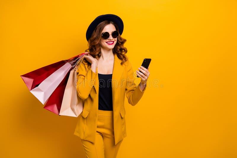 Κλείστε επάνω τη φωτογραφία όμορφη αυτή το τηλέφωνο όπλων γυναικείων χεριών της πολύ ΠΣΤ αναζήτησης έκπτωσης ταξιδιωτικής πώλησης στοκ εικόνα
