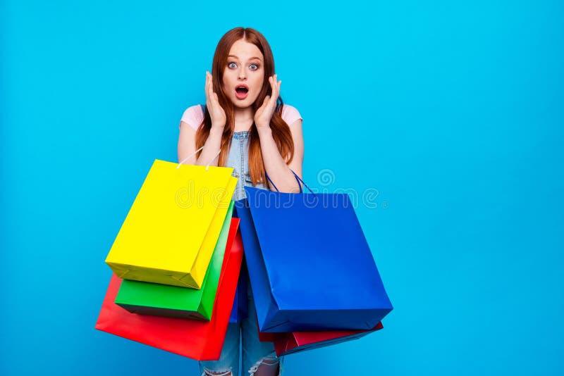 Κλείστε επάνω τη φωτογραφία όμορφη που καταπλήσσει αυτή η κυρία της OH ναι ναι ανησυχεί ότι οι τιμές αγοράζουν φέρνουν το κατάστη στοκ εικόνες