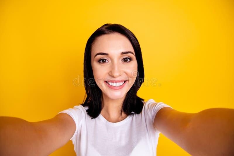 Κλείστε επάνω τη φωτογραφία όμορφη που καταπλήσσει αυτή το γυναικείο θετικό της κάνει να πάρει selfies μιλά λέει ότι η συζήτηση λ στοκ φωτογραφία