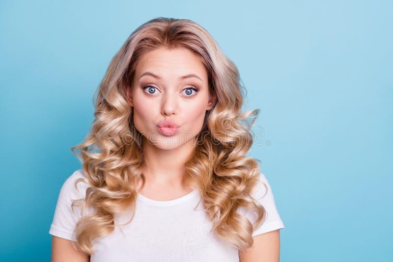Κλείστε επάνω τη φωτογραφία όμορφη που καταπλήσσει την αυτή γυναικεία χείλια που στέλνουν στο πρόσωπο παπιών φιλιών αέρα την όμορ στοκ φωτογραφία
