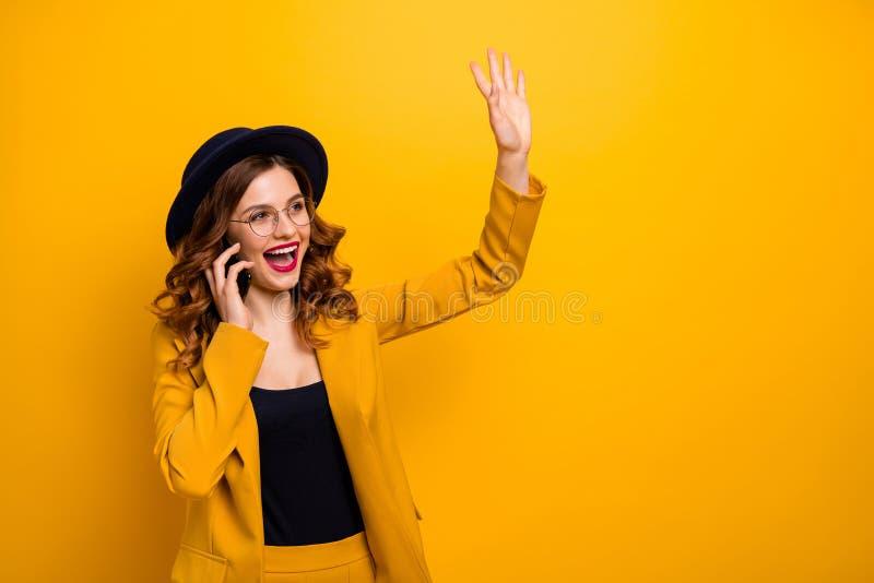 Κλείστε επάνω τη φωτογραφία όμορφος φοβιτσιάρης αυτή ο βραχίονας τηλεφωνικής συνομιλίας χεριών γυναικείων βραχιόνων της που αυξάν στοκ φωτογραφία με δικαίωμα ελεύθερης χρήσης