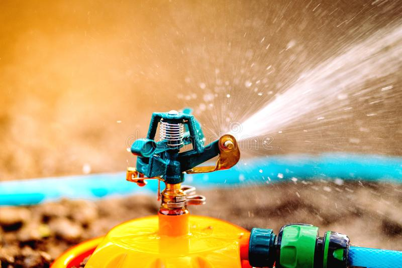 Κλείστε επάνω τις λεπτομέρειες του ψεκαστήρα άρδευσης νερού στοκ εικόνες