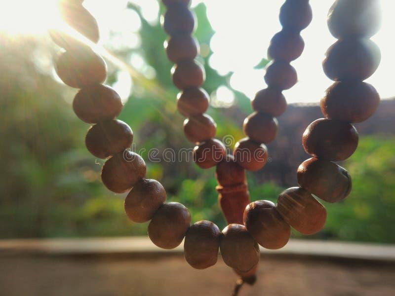 Κλείστε επάνω τις χάντρες προσευχής κάτω από το φως του ήλιου στοκ φωτογραφία