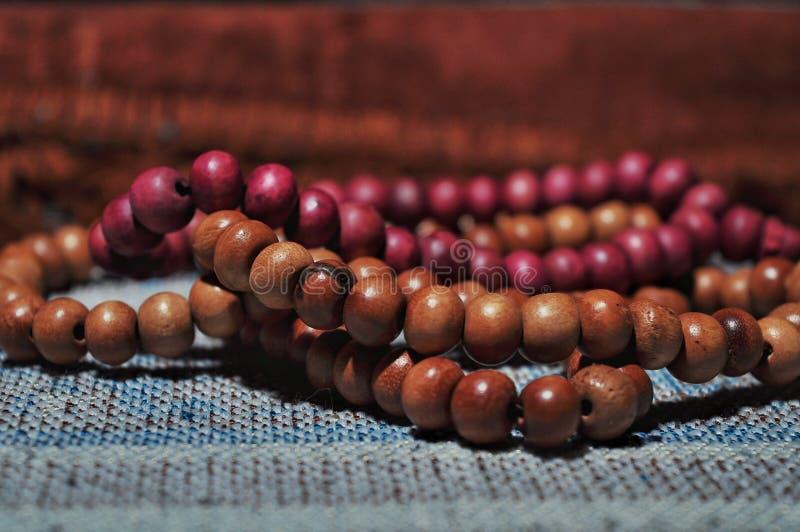 Κλείστε επάνω τις χάντρες προσευχής στην κουβέρτα προσευχής στοκ φωτογραφία με δικαίωμα ελεύθερης χρήσης