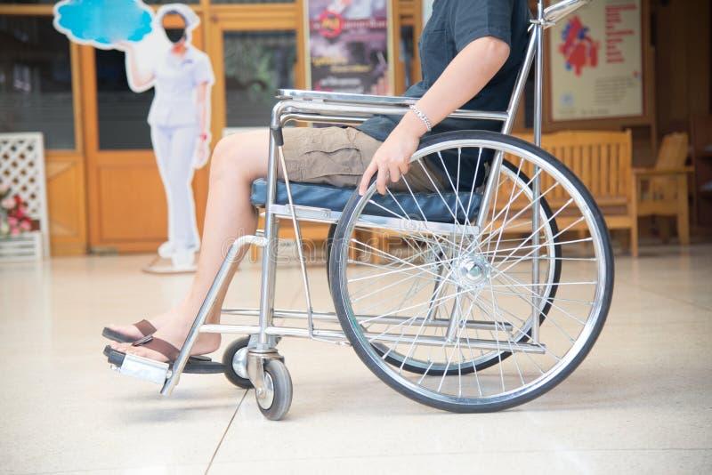 Κλείστε επάνω τον ασθενή σε μια αναπηρική καρέκλα στοκ εικόνες