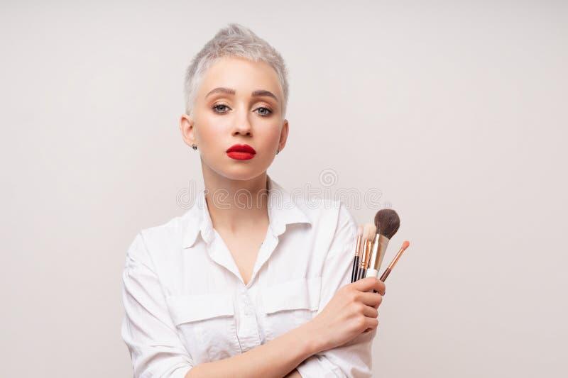 Κλείστε επάνω τον καλλιτέχνη πορτρέτου makeup αποτελεί τις σειρές μαθημάτων Έννοια του μόνου visage masterclasess Επαγγελματίας μ στοκ εικόνες