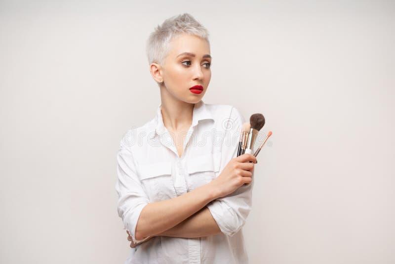 Κλείστε επάνω τον καλλιτέχνη πορτρέτου makeup αποτελεί τις σειρές μαθημάτων Έννοια του μόνου visage masterclasess Επαγγελματίας μ στοκ εικόνες με δικαίωμα ελεύθερης χρήσης