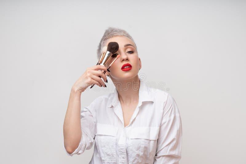 Κλείστε επάνω τον καλλιτέχνη πορτρέτου makeup αποτελεί τις σειρές μαθημάτων Έννοια του μόνου visage masterclasess Επαγγελματίας μ στοκ εικόνα
