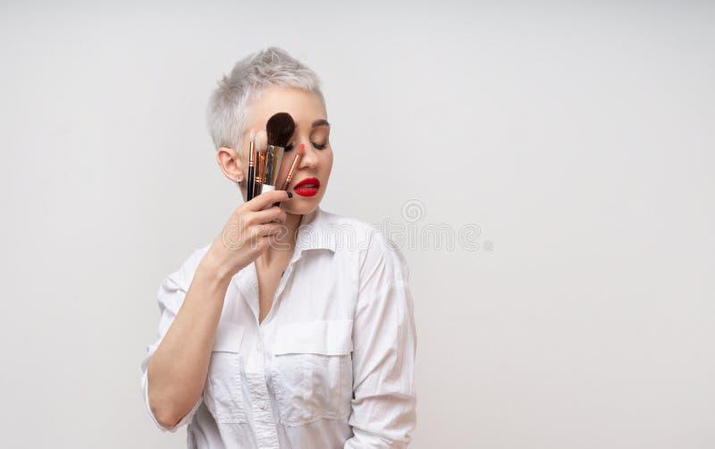 Κλείστε επάνω τον καλλιτέχνη πορτρέτου makeup αποτελεί τις σειρές μαθημάτων Έννοια του μόνου visage masterclasess Επαγγελματίας μ στοκ εικόνα με δικαίωμα ελεύθερης χρήσης