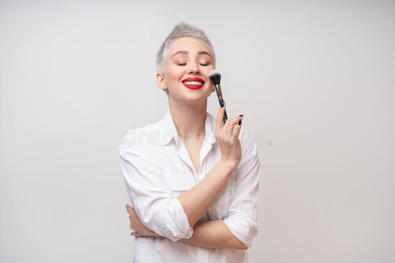 Κλείστε επάνω τον καλλιτέχνη πορτρέτου makeup αποτελεί τις σειρές μαθημάτων Έννοια του μόνου visage masterclasess Επαγγελματίας μ στοκ φωτογραφίες με δικαίωμα ελεύθερης χρήσης