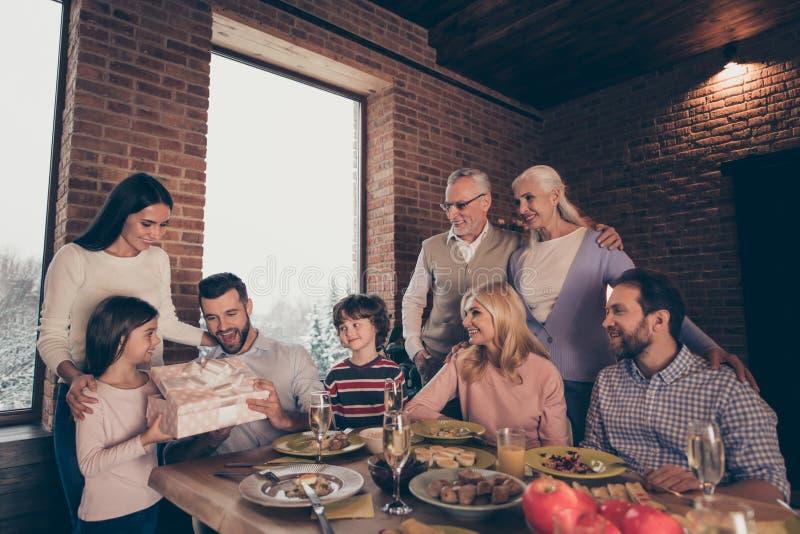 Κλείστε επάνω τους ανθρώπους φωτογραφιών που η μεγάλη κόρη γιων grandpa γιαγιάδων αδελφών αδελφών οικογενειακής επιχείρησης mom δ στοκ εικόνες